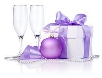 与紫色球,二块空的玻璃的圣诞节礼品 免版税库存图片
