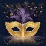 与紫色羽毛的半面孔金黄丝绸面具 库存照片
