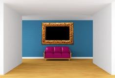 与紫色长沙发和华丽框架的画廊 免版税库存照片