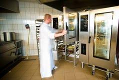 与繁忙的厨师的工业厨房内部 免版税库存照片