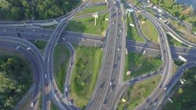 与繁忙运输的公路交叉点在Kyiv,乌克兰 帕东桥梁 在视图之上 影视素材