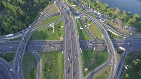 与繁忙运输的公路交叉点在Kyiv,乌克兰 帕东桥梁 在视图之上 股票视频