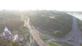 与繁忙运输的公路交叉点在Kyiv,乌克兰 荣耀公园  在视图之上 股票录像