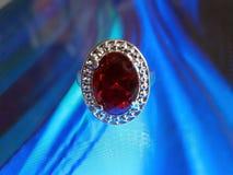 与红宝石的美好的银色圆环 免版税图库摄影