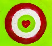 与红心在中心,情人节的射箭 免版税库存图片