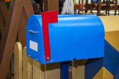 与红旗和白色空白的标签的葡萄酒蓝色邮箱 免版税库存照片