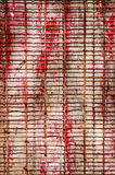 与红旗和金属线,空的spac的红色木背景 库存图片