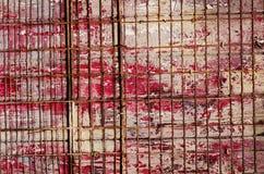 与红旗和金属线,空的spac的红色木背景 免版税库存图片