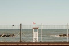 与红旗的Baywatch塔在铁路后 免版税库存照片