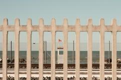 与红旗的Baywatch塔在铁路后 免版税库存图片