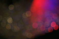与红灯的黑暗的五颜六色的bokeh夜生活概念的 免版税库存照片