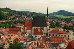 与红瓦顶的都市风景 圣徒Vitus-联合国科教文组织世界遗产名录站点教会  捷克克鲁姆洛夫Krumau,捷克 库存照片