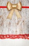 与红色丝带、弓和帆布的圣诞节装饰 库存照片