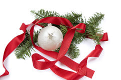与红色丝带和圣诞节球的圣诞节装饰 免版税库存照片