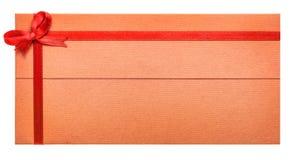 与红色丝带和弓的纸礼品券 免版税库存图片