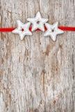 与红色丝带和银色星的圣诞节装饰 免版税库存图片