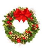 与红色丝带弓和金黄装饰的圣诞节花圈 免版税库存照片