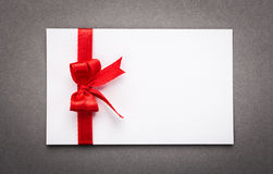 与红色丝带弓的卡片 免版税图库摄影