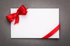 与红色丝带弓的卡片 库存图片
