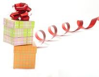 与红色丝带弓的当前配件箱 免版税库存照片