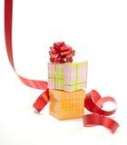 与红色丝带弓的当前配件箱 免版税图库摄影