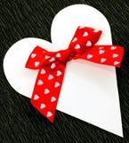 与红色丝带弓的白皮书心脏 免版税库存图片