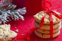 与红色丝带特写镜头的圣诞节曲奇饼 免版税库存图片