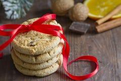 与红色丝带特写镜头的圣诞节曲奇饼 库存照片