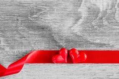 与红色丝带的两红色心脏在木背景 愉快的Valen 免版税库存图片