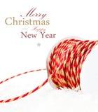 与红色丝带的圣诞节在白色隔绝的构成和雪 免版税图库摄影