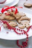 与红色丝带的圣诞节姜饼 免版税图库摄影