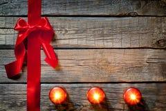 与红色丝带的圣诞节抽象背景 库存图片