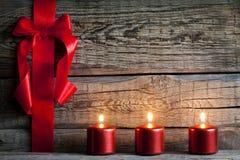 与红色丝带的圣诞节抽象背景 免版税库存照片