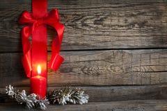 与红色丝带的圣诞节抽象背景 免版税图库摄影