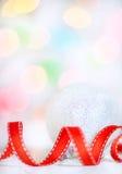 与红色丝带的圣诞节背景 图库摄影