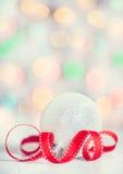 与红色丝带的圣诞节背景 库存照片