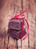 与红色丝带的巧克力果仁巧克力微型叮咬 库存图片