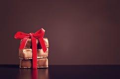 与红色丝带的巧克力甜点在黑暗的背景为华伦泰` s天 免版税库存图片