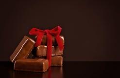 与红色丝带的巧克力甜点在黑暗的背景为华伦泰` s天 免版税库存照片