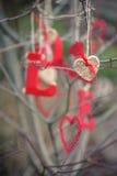 与红色丝带的心脏装饰品在树 免版税库存照片