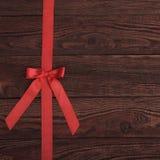与红色丝带的板条木纹理背景 免版税库存图片