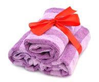 与红色丝带的淡紫色毛巾 图库摄影