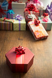 与红色丝带的特别礼物 免版税库存图片