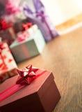 与红色丝带的特别礼物 免版税图库摄影