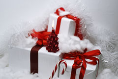 与红色丝带的白色礼物 免版税库存照片
