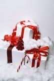 与红色丝带的白色礼物 免版税图库摄影