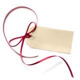 与红色丝带的空白礼品标签 免版税库存图片