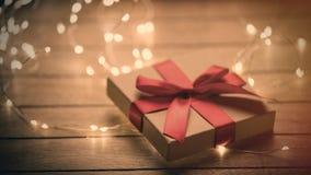 与红色丝带的美丽的逗人喜爱的说谎在的礼物和诗歌选被赢取 免版税库存照片