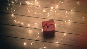 与红色丝带的美丽的逗人喜爱的说谎在的礼物和诗歌选被赢取 图库摄影
