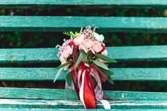 与红色丝带的豪华婚礼花束由玫瑰做成 免版税库存照片